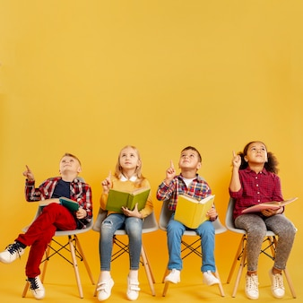 Kopierraum gruppe von kindern mit büchern zeigen