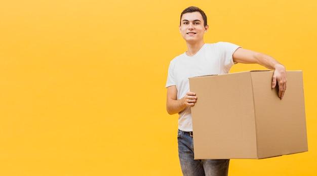 Kopierraum-lieferbote, der paket hält