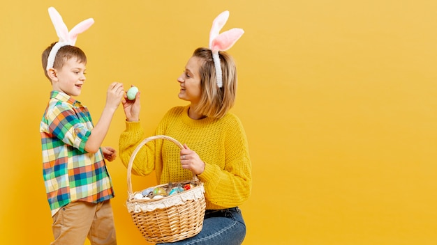 Kopierraum mutter und sohn mit bemalten eiern