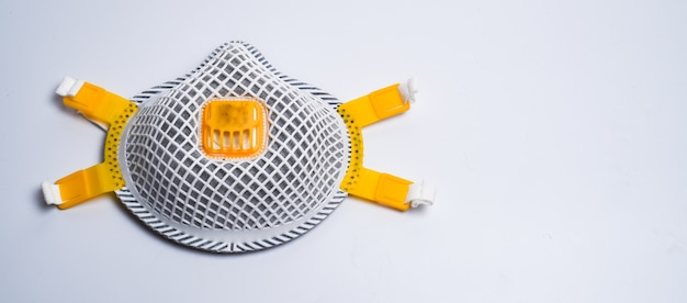 Kopierraum weiße medizinische maske isoliert. gesichtsmaskenschutz gegen verschmutzung, viren, grippe und coronavirus. gesundheits- und operationskonzept.