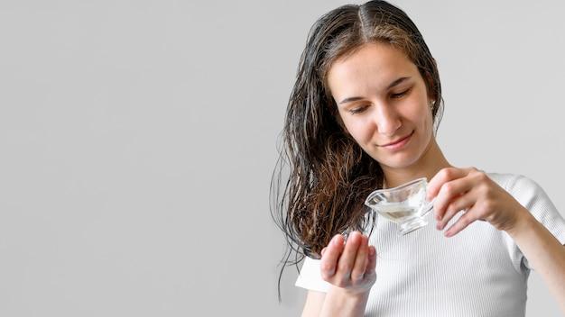 Kopierraumfrau mit serum für haare