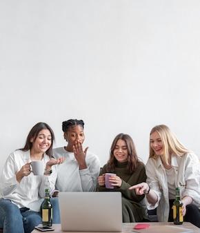 Kopierraumfrauen, die auf laptop schauen