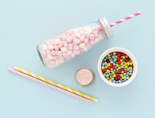 Kopierraumglas mit süßigkeiten auf dem tisch