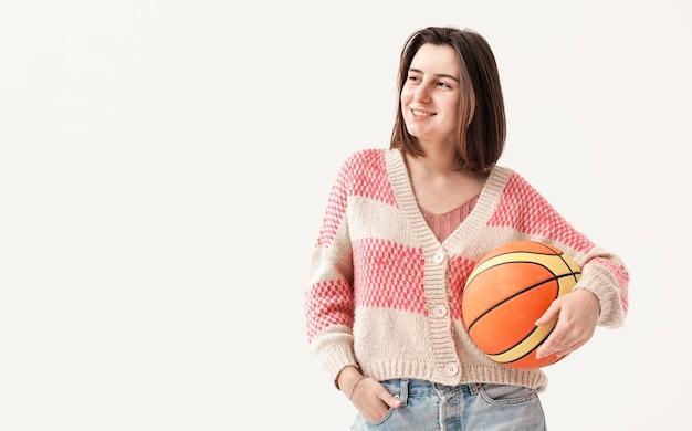 Kopierraummädchen, das basketballball hält
