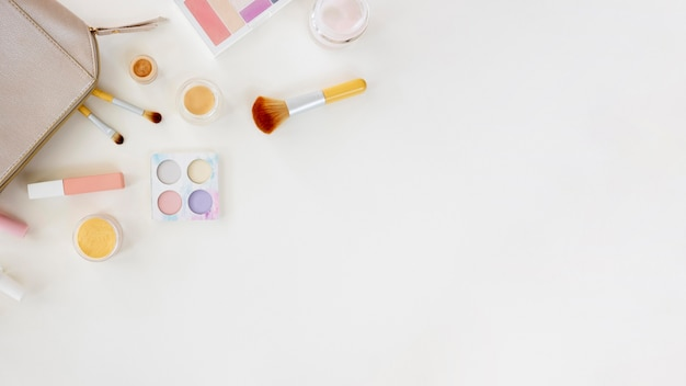 Kopierraumtasche mit kosmetik auf dem schreibtisch