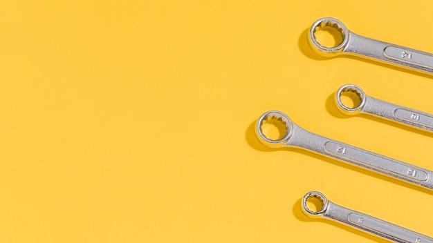 Kopierraumwerkzeuge für mechaniker auf dem schreibtisch
