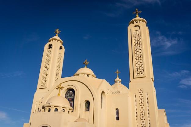 Koptische ägyptische kirche der öffentlichen kathedrale am himmelhintergrund
