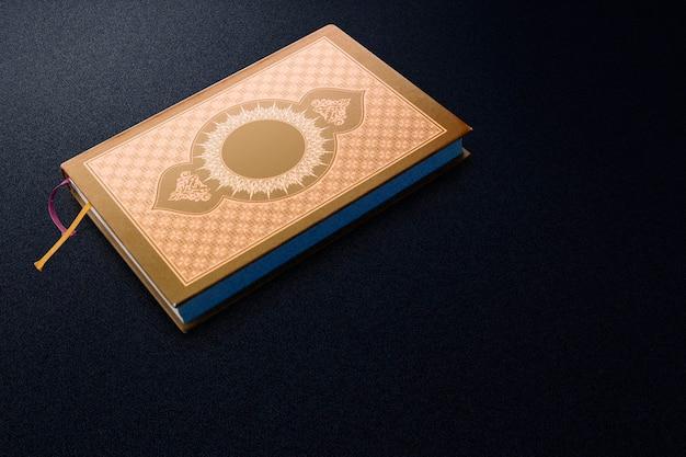 Koran auf dem schwarzen teppich