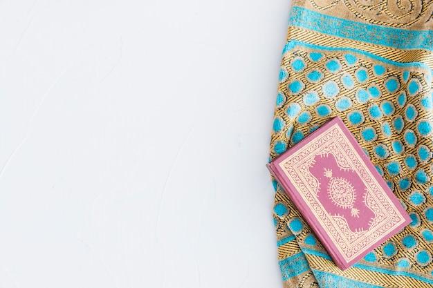 Koran buch und traditioneller teppich