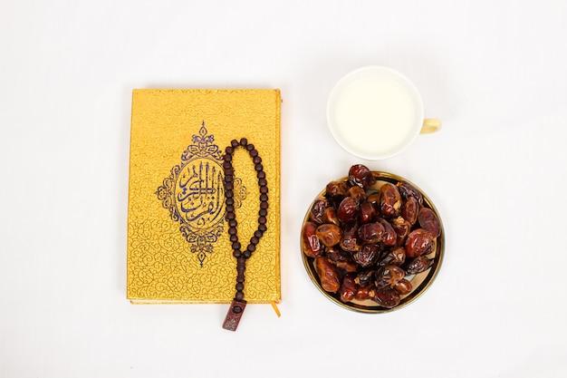 Koran-datteln und ein glas milch auf weißem hintergrund