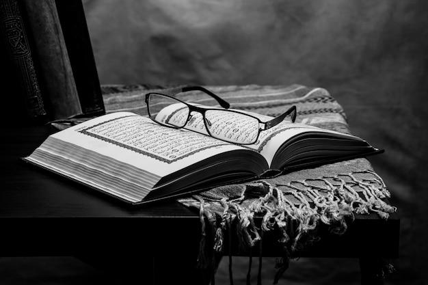 Koran - heiliges buch der moslems auf dem tisch, stillleben
