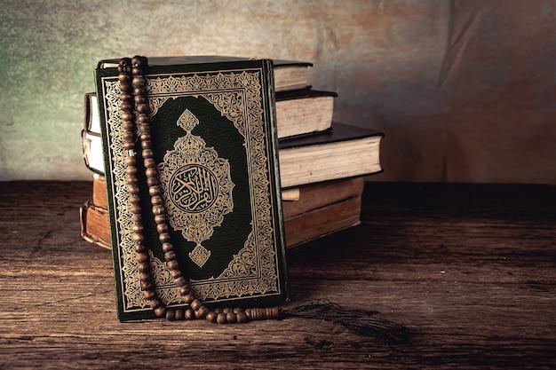 Koran - heiliges buch der muslime öffentlicher gegenstand aller muslime auf dem tisch, stillleben.