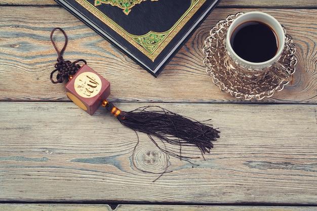 Koran heiliges buch und kaffeetasse