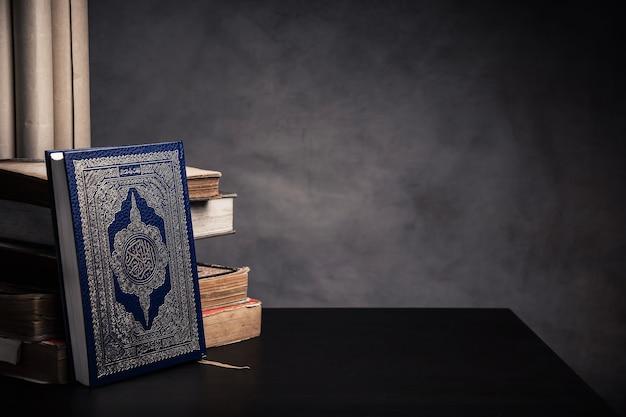Koran - heiliges buch von moslems (öffentliches einzelteil aller moslems) auf dem tisch