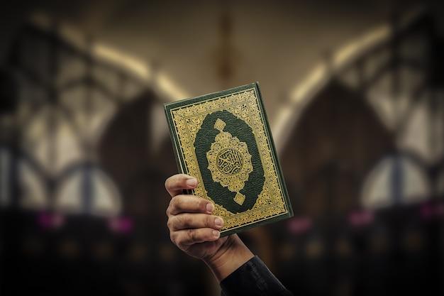 Koran in der hand - heiliges buch der muslime