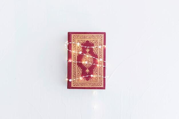 Koran mit lichtgirlande
