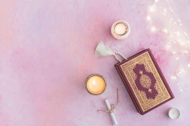 Koran mit perlen und kerzen
