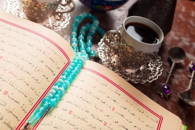 Koran, tee und türkisches vergnügen
