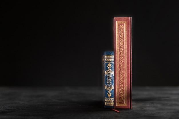 Koranbuch mit kopierraum auf dem tisch