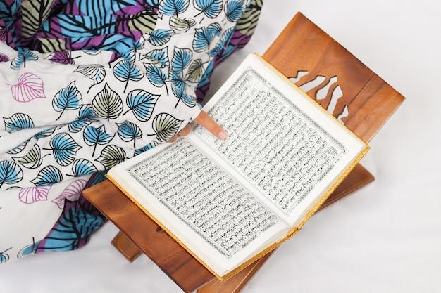 Koranverse, die isoliert auf weißem hintergrund gelesen werden