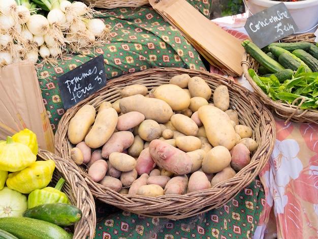 Korb der kartoffeln auf einem französischen markt