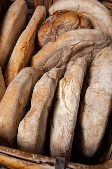 Korb des gebackenen brotes mit hölzernem ofen