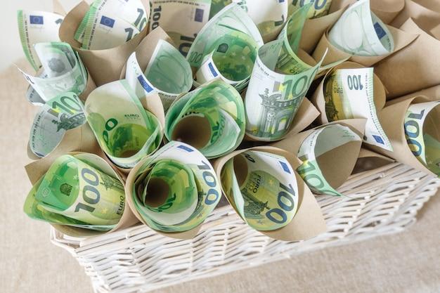 Korb euro banknoten weiße hand hundert hintergrundgeschenk geschenkverpackung
