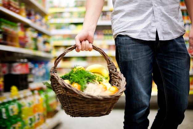 Korb gefüllt gesundes essen
