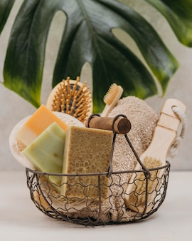 Korb gefüllt mit spa-produkten