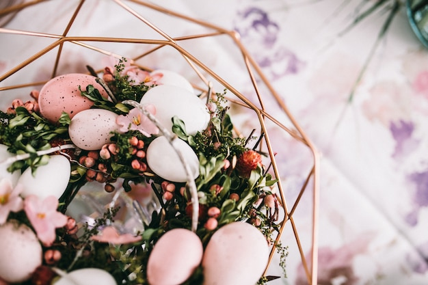 Korb mit eiern und gras