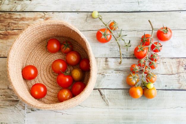 Korb mit einer vielzahl von tomaten