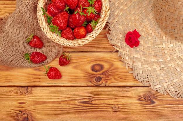 Korb mit erdbeeren und hut