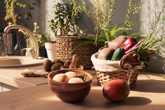 Korb mit frischem gemüse umgeben von früchten