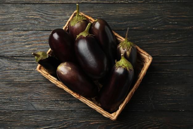 Korb mit frischen auberginen auf holz
