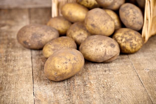 Korb mit frischen kartoffeln