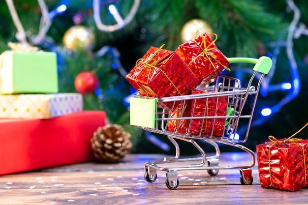 Korb mit geschenken auf einem weihnachtsbaum.