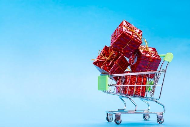 Korb mit geschenken in rot auf blau mit platz für text.