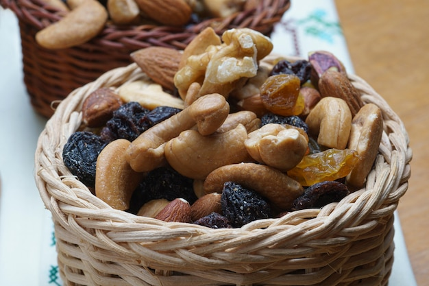 Korb mit getrockneten früchten (pistazie, rosinen, mandeln, erdnüsse, walnüsse) top close view