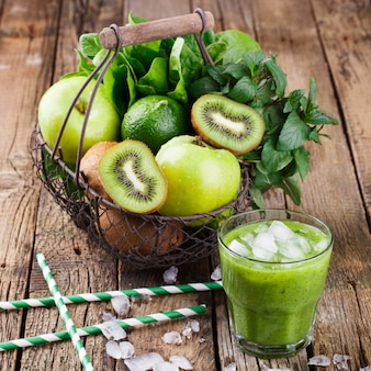 Korb mit grünen früchten. vitamingrün kiwi-set