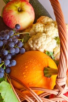 Korb mit herbstlichem obst und gemüse
