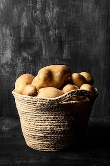 Korb mit kartoffeln mit platz zum kopieren