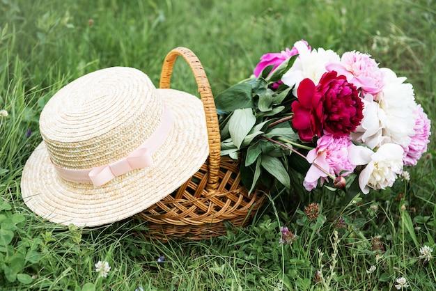 Korb mit pfingstrosenblüten