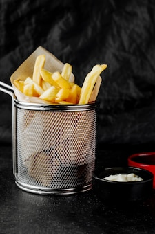 Korb mit pommes frites, serviert mit mayonnaise