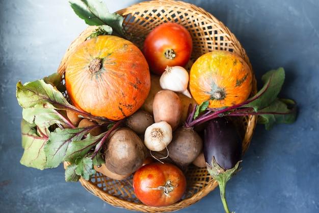 Korb mit rettich tomaten und kürbissen