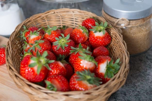 Korb mit roten erdbeeren
