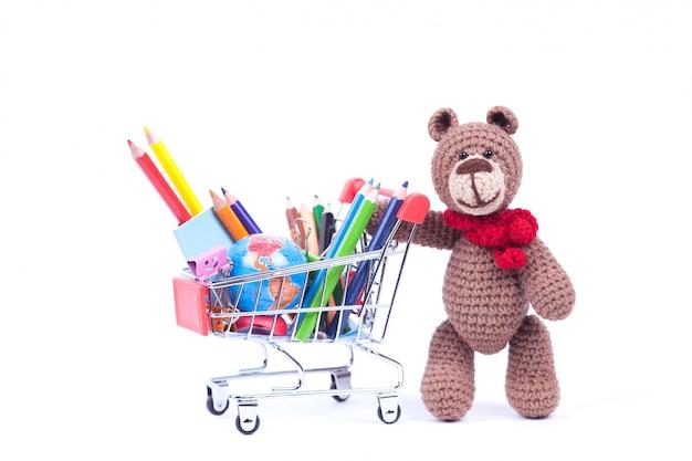Korb mit stiften und teddybär