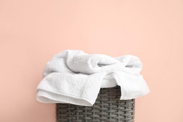 Korb mit wäsche in der nähe der farbwand
