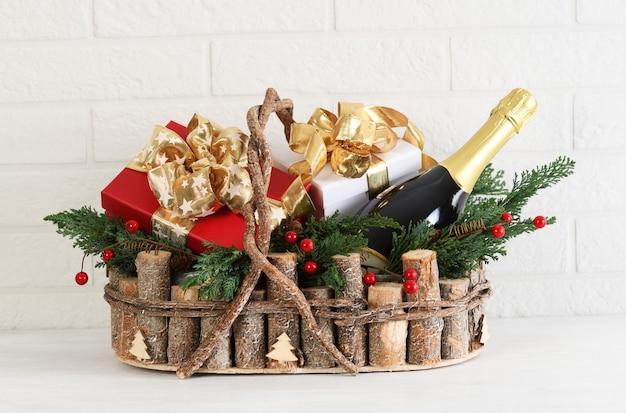 Korb mit weihnachtsfeiertagsgeschenken