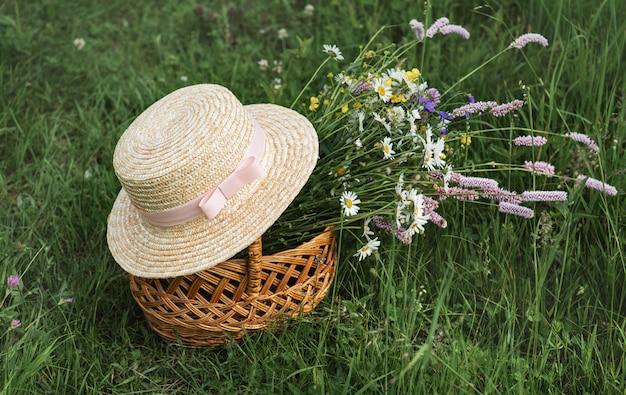 Korb mit wildblumen