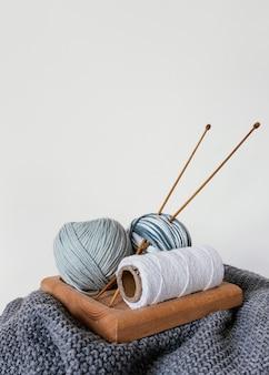 Korb mit wolle und stricknadeln
